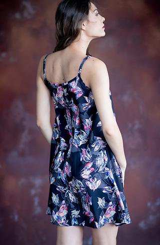 Къса ефирна рокля с тънки презрамки в черно