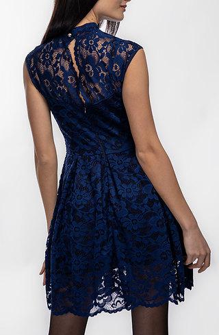 Къса разкроена рокля от дантела