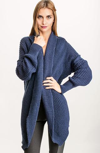 Плетена жилетка в тъмно син десен