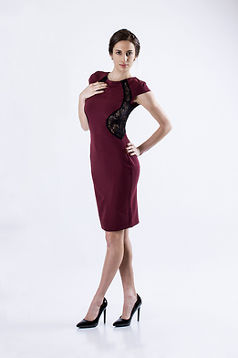 Рокля в цвят бордо с дантела