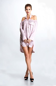 Асиметрична риза с дълъг ръкав и паднали рамене в розов десен