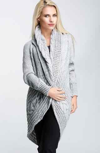 Плетена жилетка с шал яка в светло сив десен