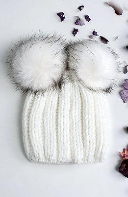 Шапка с еко пух в снежно бял десен