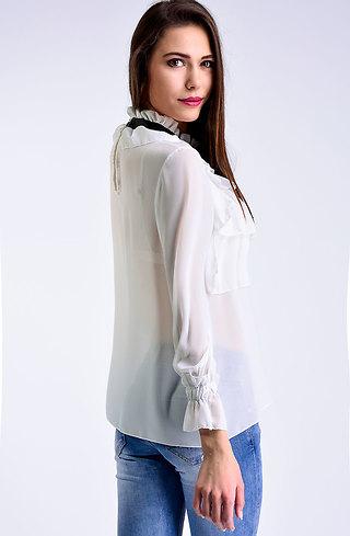 Риза с брошка