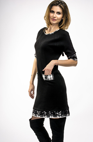 Свободна рокля с акцент от каре и дантела