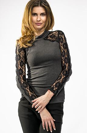 Блуза от фино плетиво с дантелени ръкави