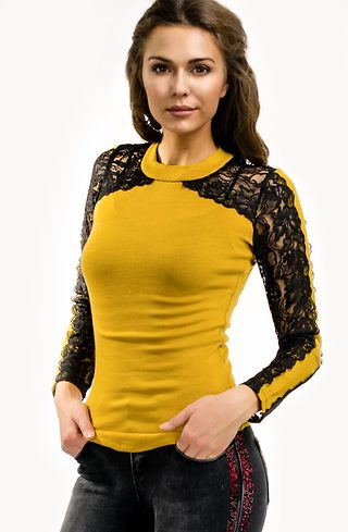 Блуза от плетиво с дантелени ръкави в цвят горчица