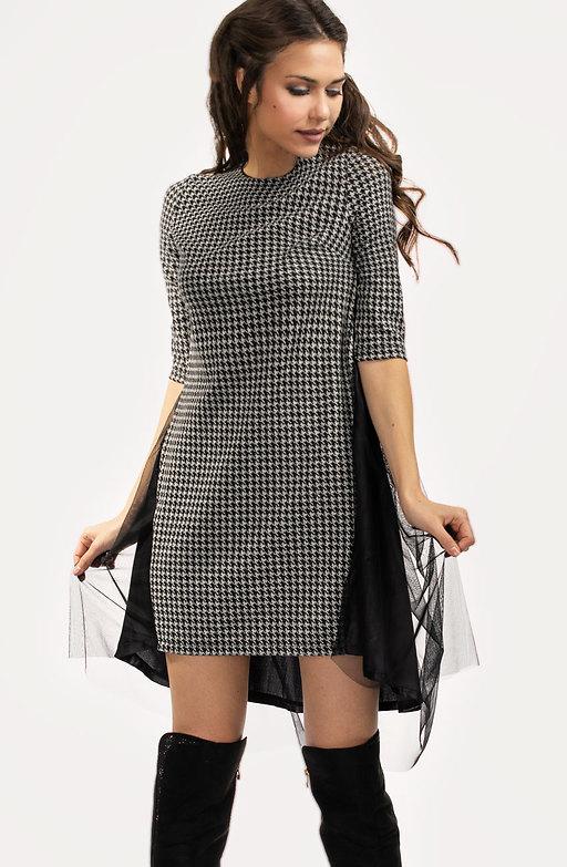 Стилна рокля от вълнено плетиво пипи и тюл