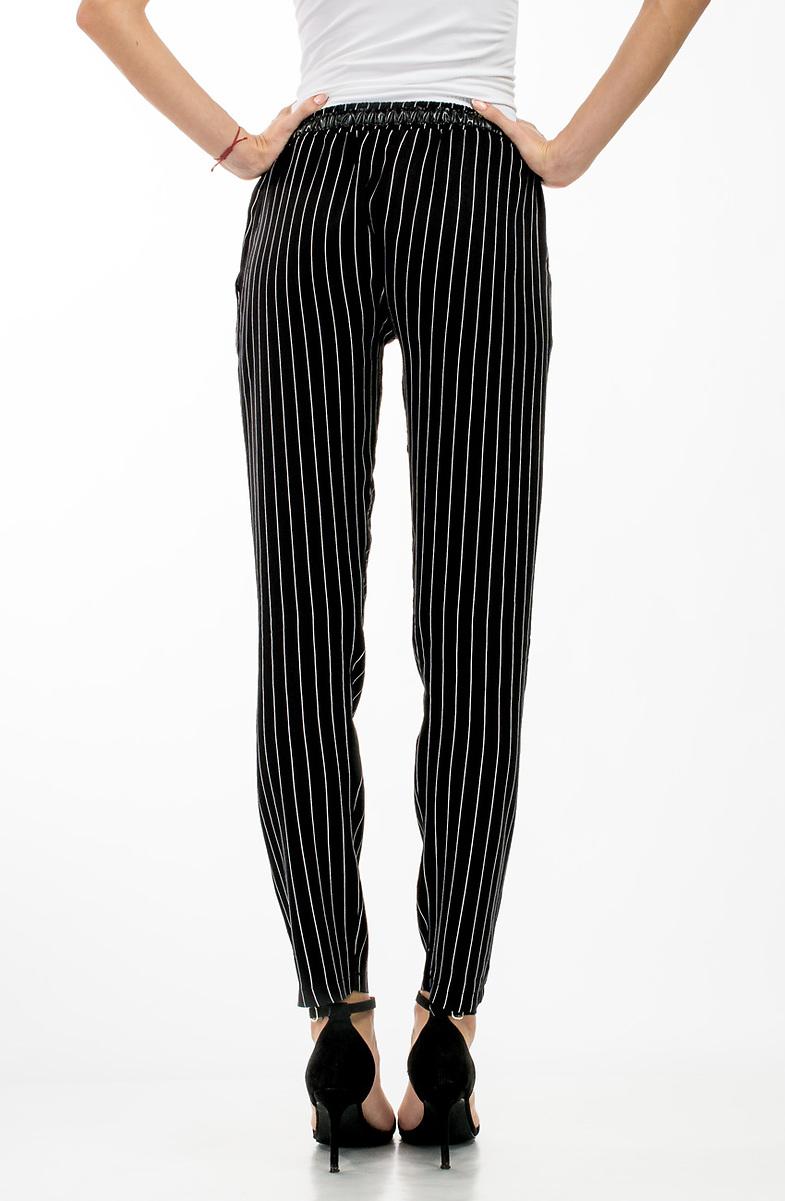 963746bf27b Свободен дамски памучен панталон в черен десен на райе.