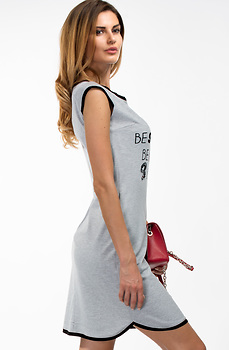 Спортно-елегантна рокля с апликация
