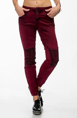 Еластични дънки в цвят бордо с лъскави елементи