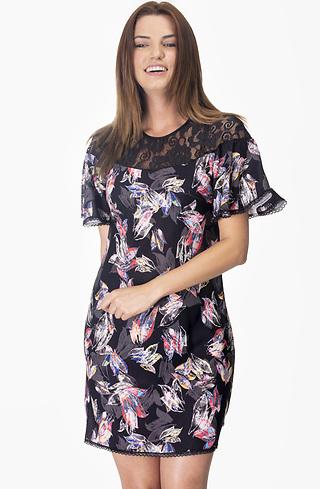 Разкроена рокля с деколте от дантела